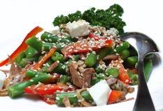 Insalata dalle verdure con carne e un sesamo fotografie stock