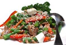 Insalata dalle verdure con carne e un sesamo fotografia stock