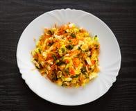 Insalata degli ortaggi freschi con cavolo e la carota in un piatto bianco Fotografie Stock