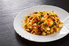 Insalata degli ortaggi freschi con cavolo e la carota in un piatto bianco Fotografie Stock Libere da Diritti