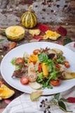 Insalata degli ortaggi freschi con la rucola, il basilico, il gamberetto e la pera immagine stock