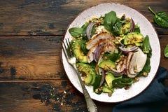 Insalata degli spinaci con il raccordo arrostito, l'avocado e le noci del pollo Vista superiore con lo spazio della copia immagini stock