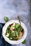 Insalata degli spinaci del vegano con la mela, il mirtillo rosso secco e la noce Vista superiore con lo spazio della copia fotografie stock libere da diritti
