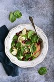 Insalata degli spinaci del vegano con la mela, il mirtillo rosso secco e la noce Vista superiore con lo spazio della copia immagini stock