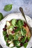 Insalata degli spinaci del vegano con la mela, il mirtillo rosso secco e la noce Vista superiore con lo spazio della copia immagine stock