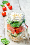 Insalata degli spinaci della feta del peperone del pomodoro del cetriolo dei fagioli bianchi in J Immagine Stock Libera da Diritti
