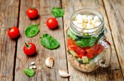 Insalata degli spinaci della feta del peperone del pomodoro del cetriolo dei fagioli bianchi in J Fotografia Stock Libera da Diritti