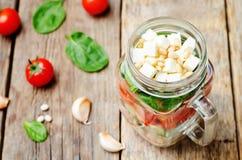 Insalata degli spinaci della feta del peperone del pomodoro del cetriolo dei fagioli bianchi in J Immagini Stock Libere da Diritti