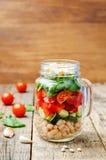 Insalata degli spinaci della feta del peperone del pomodoro del cetriolo dei fagioli bianchi in J Fotografia Stock