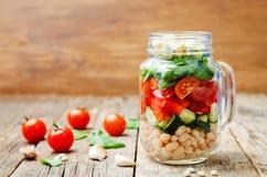 Insalata degli spinaci della feta del peperone del pomodoro del cetriolo dei fagioli bianchi in J Immagini Stock
