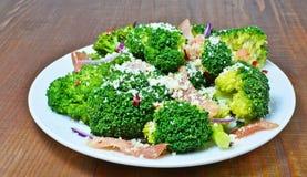 Insalata dei broccoli con bacon, parmigiano ed aglio Immagini Stock