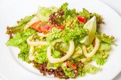 Insalata dei frutti di mare con gli anelli dei calamari immagine stock