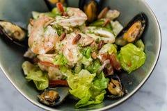 Insalata dei frutti di mare con i gamberetti, i calamari e le cozze fotografia stock libera da diritti