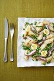 Insalata dei frutti di mare servita sul piatto quadrato Fotografia Stock
