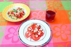 Insalata dei pomodori con formaggio Immagini Stock Libere da Diritti