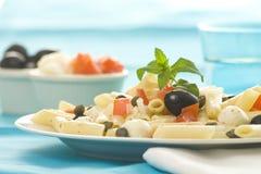 Insalata dei pomodori dei capperi delle olive della mozzarella dei maccheroni Fotografia Stock