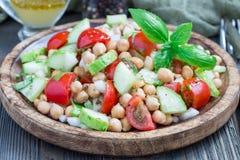 Insalata del cece con il tomatoe, i cetrioli, il basilico e la cipolla della ciliegia con il condimento dell'agrume, orizzontale Fotografia Stock Libera da Diritti