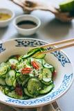 Insalata del cetriolo in bastoncini cinesi Fotografia Stock