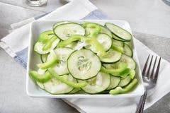 Insalata del cetriolo con i peperoni verdi Immagini Stock