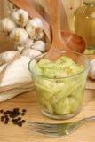 insalata del cetriolo in una ciotola di vetro fotografia stock libera da diritti