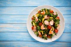 Insalata del pesce - salmone arrostito e verdure fotografia stock libera da diritti