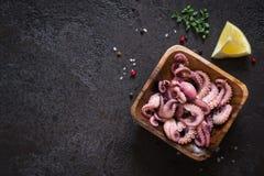 Insalata del polipo del bambino dei frutti di mare in una ciotola di legno Vista superiore con la copia Immagine Stock Libera da Diritti