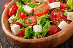 Insalata del pomodoro con lattuga, formaggio Immagini Stock