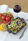 Insalata del salmone affumicato con le verdure ed il bicchiere di vino Immagine Stock