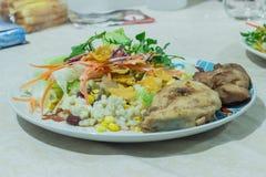 Insalata deliziosa con il pollo, i dadi e le verdure Immagine Stock Libera da Diritti