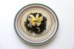 Insalata delizioso saporita del cavolo del mare con un uovo sodo e le cipolle Fotografie Stock