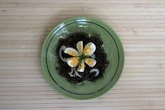 Insalata delizioso saporita del cavolo del mare con un uovo sodo e le cipolle Fotografia Stock