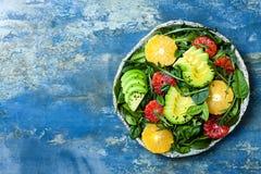 Insalata dell'agrume con i verdi misti e l'arancia sanguinella Vegano, vegetariano, cibo pulito, stante a dieta, concetto dell'al fotografie stock libere da diritti