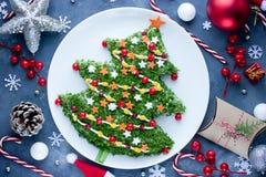 Insalata dell'albero di Natale per la cena festiva sulla tavola con la decorazione fotografia stock libera da diritti