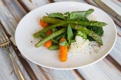 Insalata dell'asparago con la carota fotografia stock libera da diritti