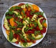 Insalata dell'avocado arrostito e dei pomodori multicolori Fotografie Stock Libere da Diritti