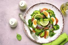 Insalata dell'avocado con il salmone, gli spinaci del bambino e le uova salati Vista superiore fotografia stock libera da diritti