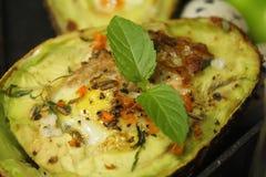 Insalata dell'avocado con l'uovo, la menta, il pepe ed il raduno tritato fotografie stock libere da diritti