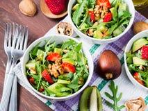 Insalata dell'avocado con le fragole e le noci Immagine Stock