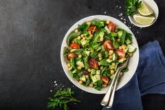 Insalata dell'avocado, del pomodoro, dei ceci, degli spinaci e del cetriolo Fotografia Stock Libera da Diritti