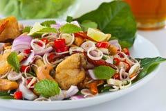 Insalata dell'erba con i pesci ed il gambero fritti nel grasso bollente (f tailandese Fotografie Stock