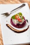 Insalata della barbabietola con le erbe ed i peperoncini rossi dell'aglio della ricotta Immagine Stock