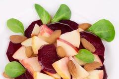 Insalata della barbabietola con spinaci e la mela tritata Immagini Stock Libere da Diritti
