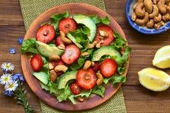 Insalata della fragola, dell'avocado e della lattuga Fotografie Stock Libere da Diritti