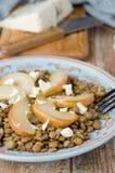 Insalata della lenticchia con le pere caramellate ed il formaggio blu FO selettive Fotografia Stock