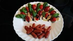 Insalata della mozzarella del pomodoro con molta salsiccia fotografie stock