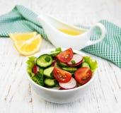 Insalata della primavera con il pomodoro, i cetrioli ed il ravanello Fotografie Stock