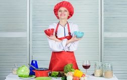 Insalata della primavera con le verdure naturali Essere a dieta e vitamina cucina culinaria Organico e vegetariano Cuoco in risto immagini stock