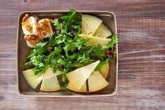 Insalata della rucola con il miele ed i dadi del formaggio di capra Fotografia Stock