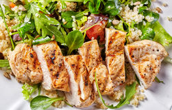 Insalata della verdura e della quinoa con il pollo arrostito immagine stock libera da diritti