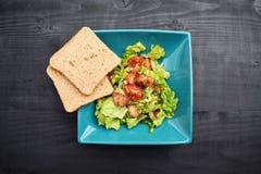 Insalata della verdura fresca, alimento sano, pomodori e foglie dell'insalata Insalata di pollo sana con la verdura fresca Immagine Stock Libera da Diritti